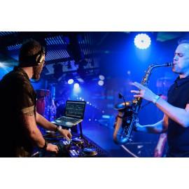 DJ qui mixe avec un musicien Saxophoniste