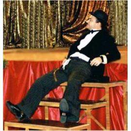 Sculpteur de ballons déguisé en Charlie Chaplin