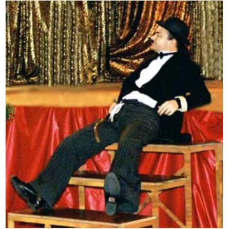 Sculpteur de Ballon déguisé en Charlot Charlie Chaplin