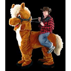 Cow Boy sur cheval en peluche qui le porte